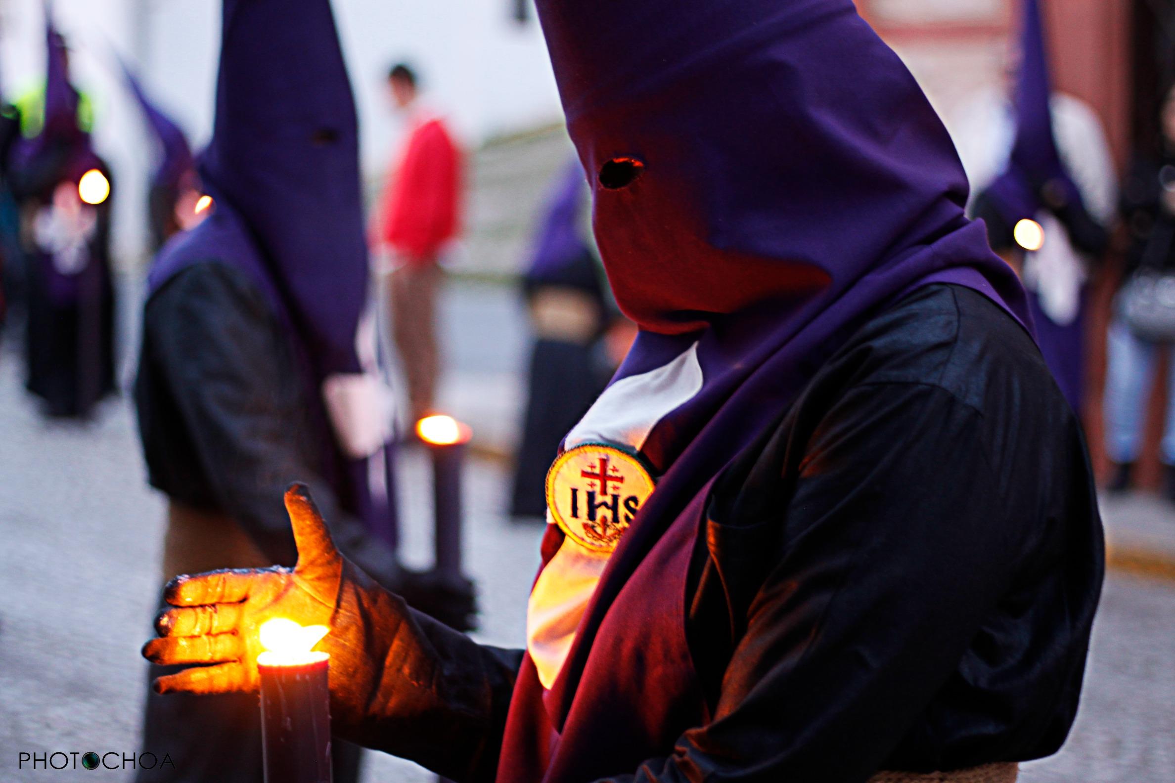 Nazarena mantiene su vela encendida
