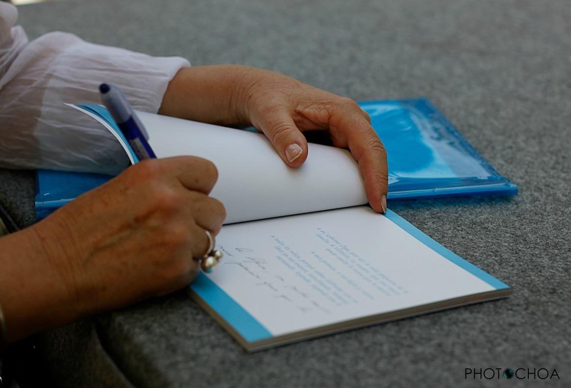 Manos de Luisa María firmando ejemplares en la Feria del Libro de Sevilla (10/05/15)