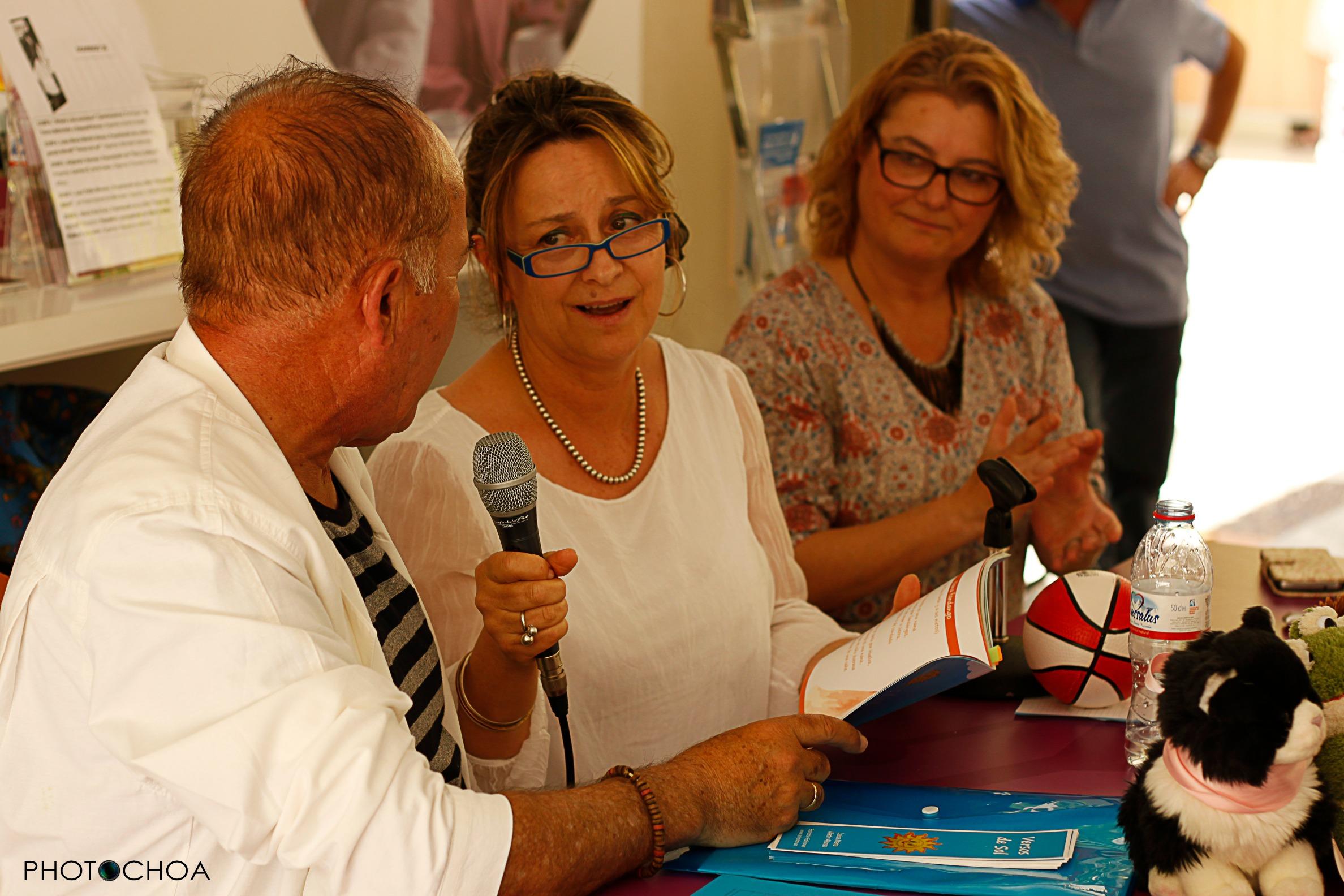 Luisa María junto a Augusto Tasio en la presentación de Versos de Sol en la Feria del Libro de Sevilla (10/05/15)