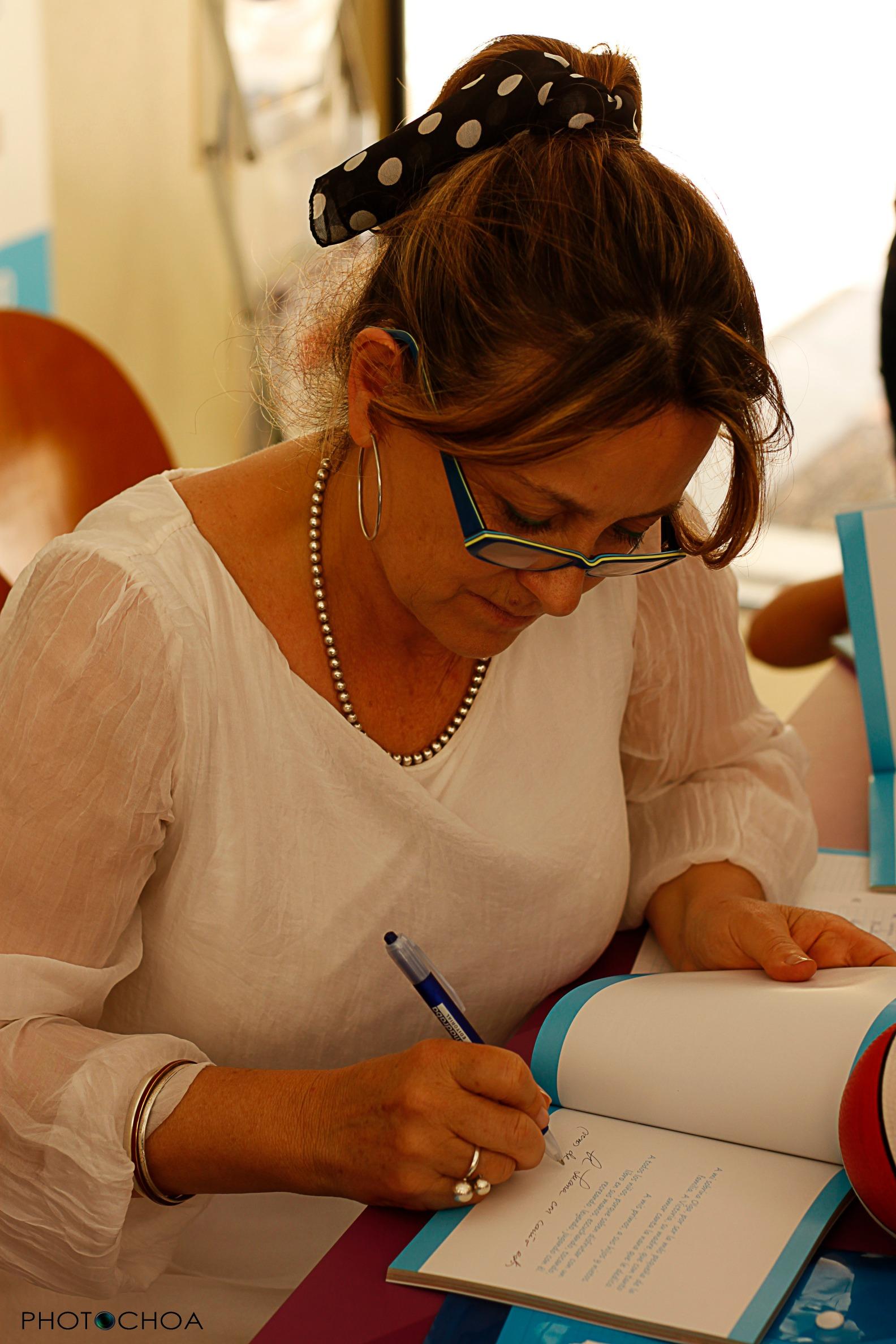 Luisa María firmando ejemplares de Versos de Sol en la Feria del Libro de Sevilla (10/05/15)
