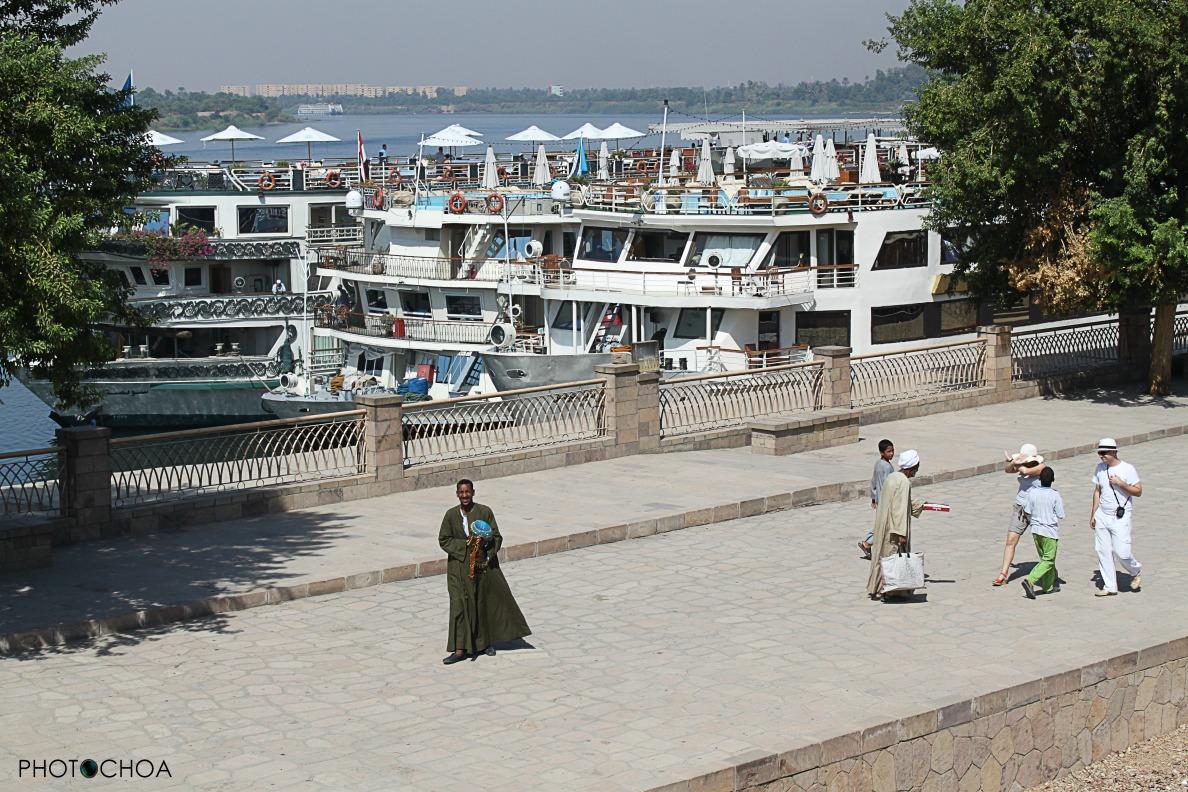Turistas perseguidos por los comerciantes en Kom Ombo