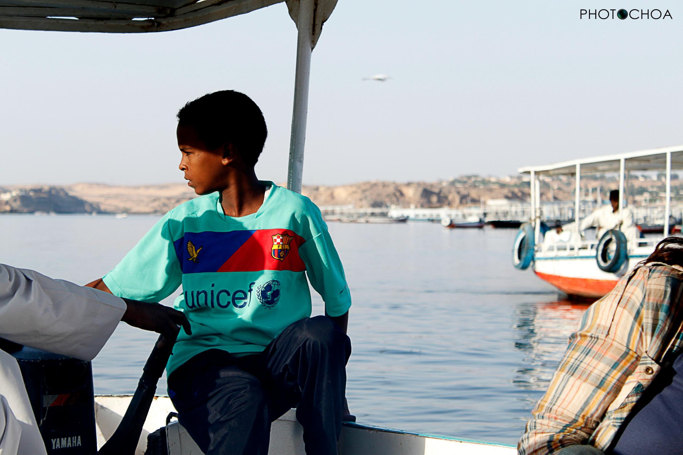 Niño egipcio en el embarcadero de Aswan