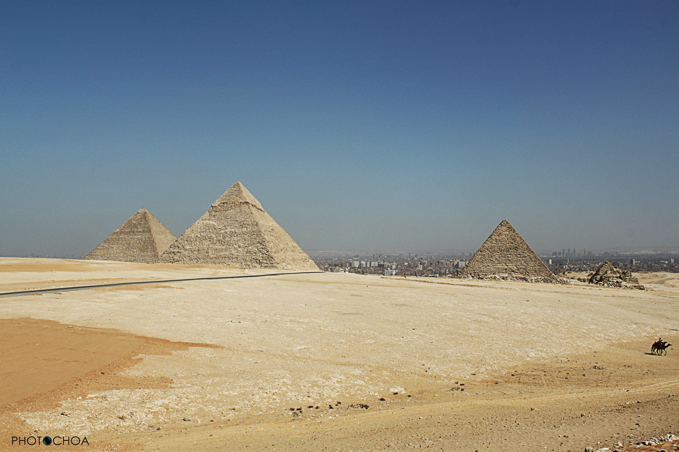 Pirámides de Guiza, a lo lejos la ciudad de El Cairo