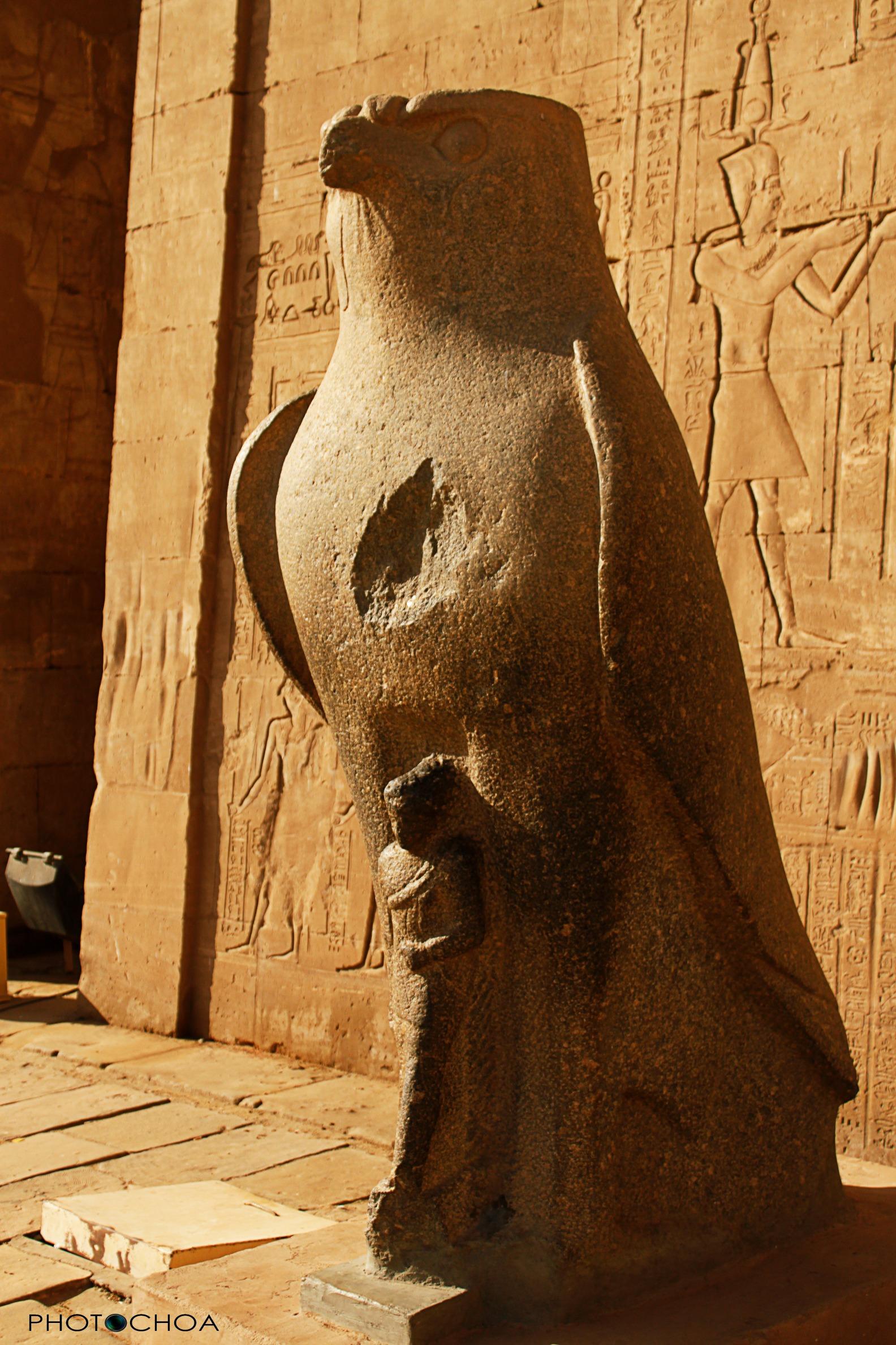 Templo de Edfu, el dios Horus personificado en la figura del halcón
