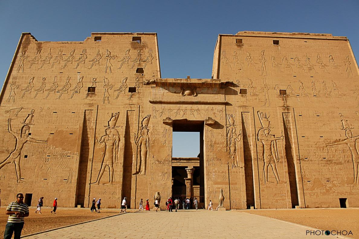 Templo de Edfu dedicado  a Horus, el dios de los dioses